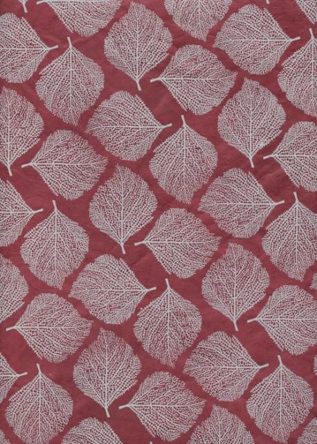 Papier lokta empreinte de feuilles gris clair fond bordeaux (50x75)